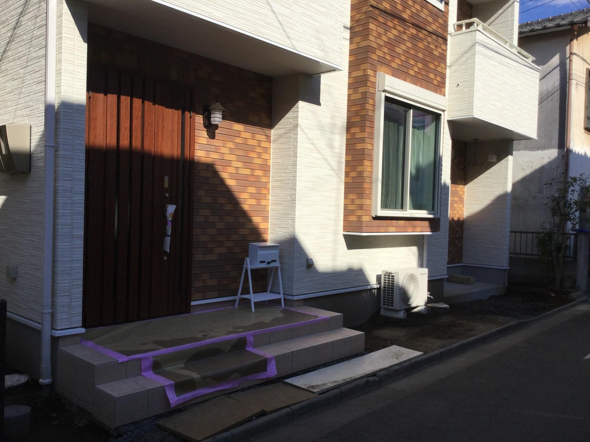 版築塀とアイアン屋根の門柱の庭 埼玉県(三芳町)-2