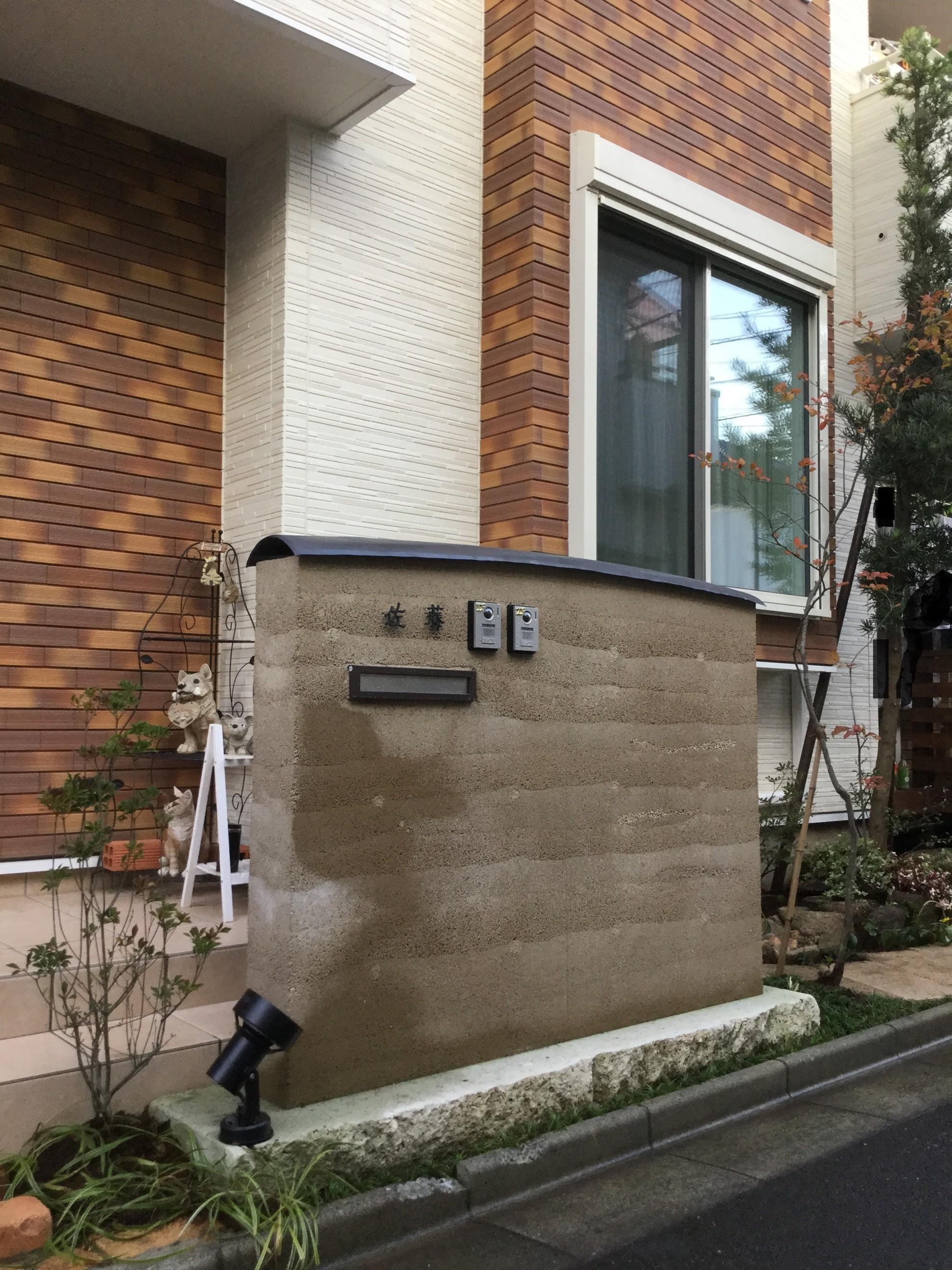 版築塀とアイアン屋根の門柱の庭 埼玉県(三芳町)-3