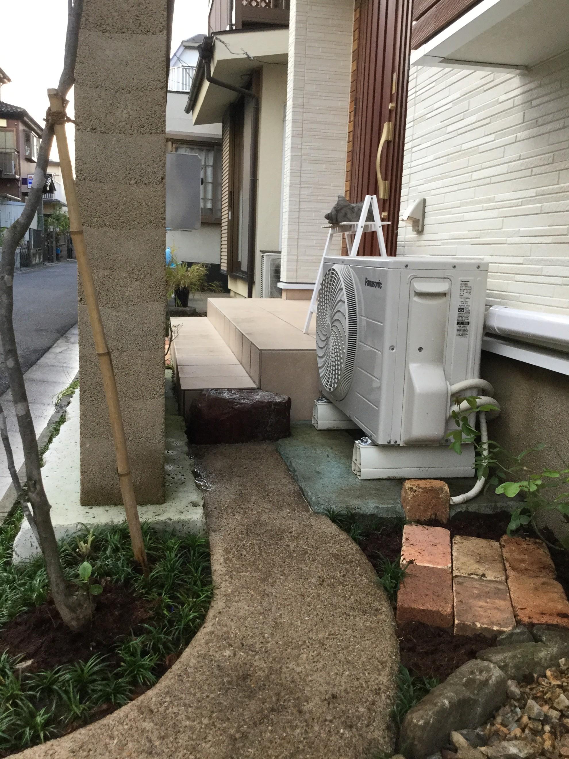 版築塀とアイアン屋根の門柱の庭 埼玉県(三芳町)-5