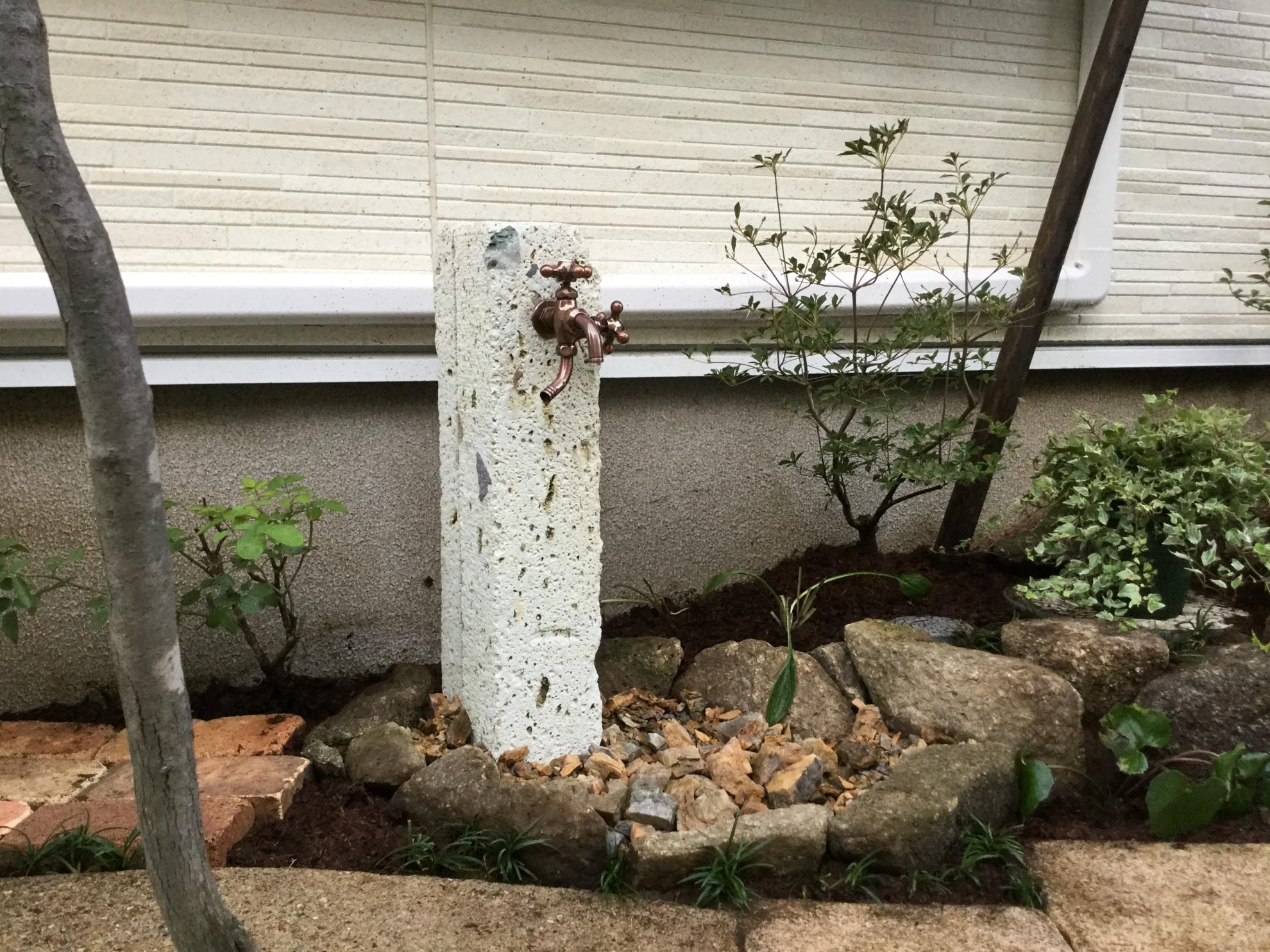 版築塀とアイアン屋根の門柱の庭 埼玉県(三芳町)-8