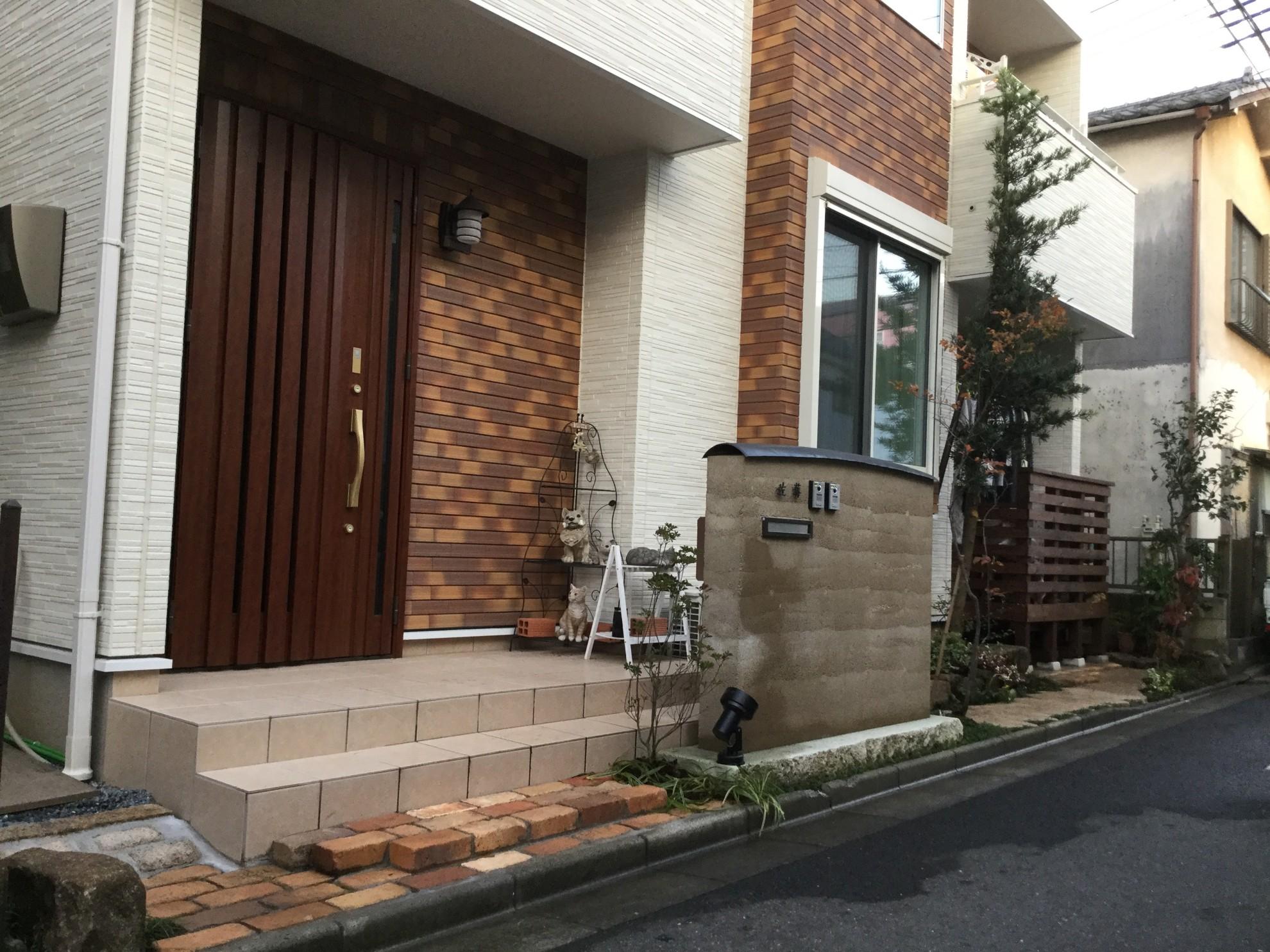 版築塀とアイアン屋根の門柱の庭 埼玉県(三芳町)-1
