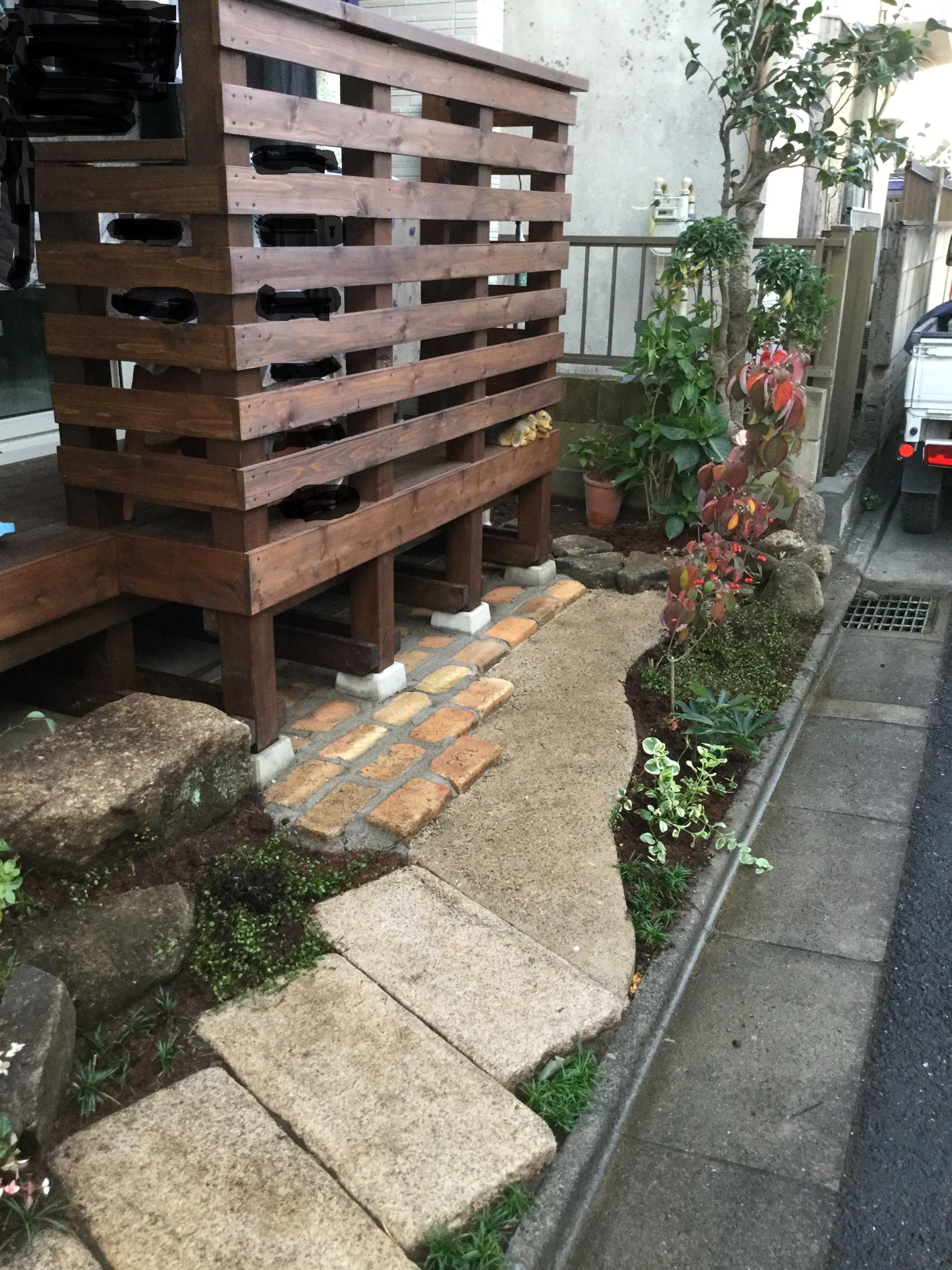 版築塀とアイアン屋根の門柱の庭 埼玉県(三芳町)-9