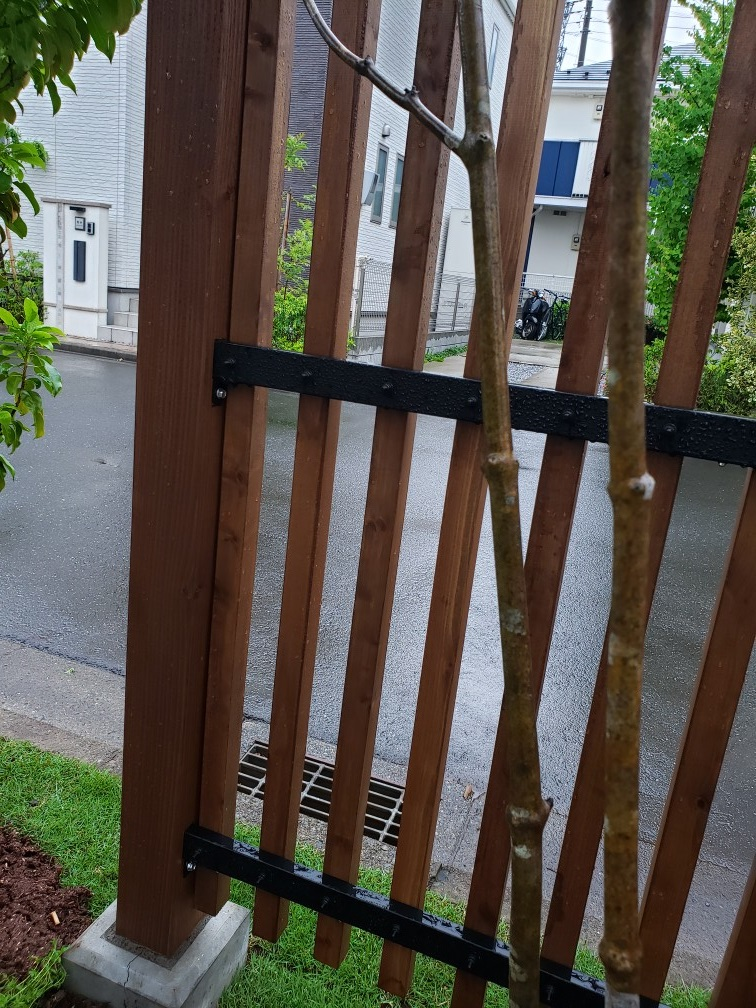 アンティーク調ウッドフェンスのある庭 埼玉県